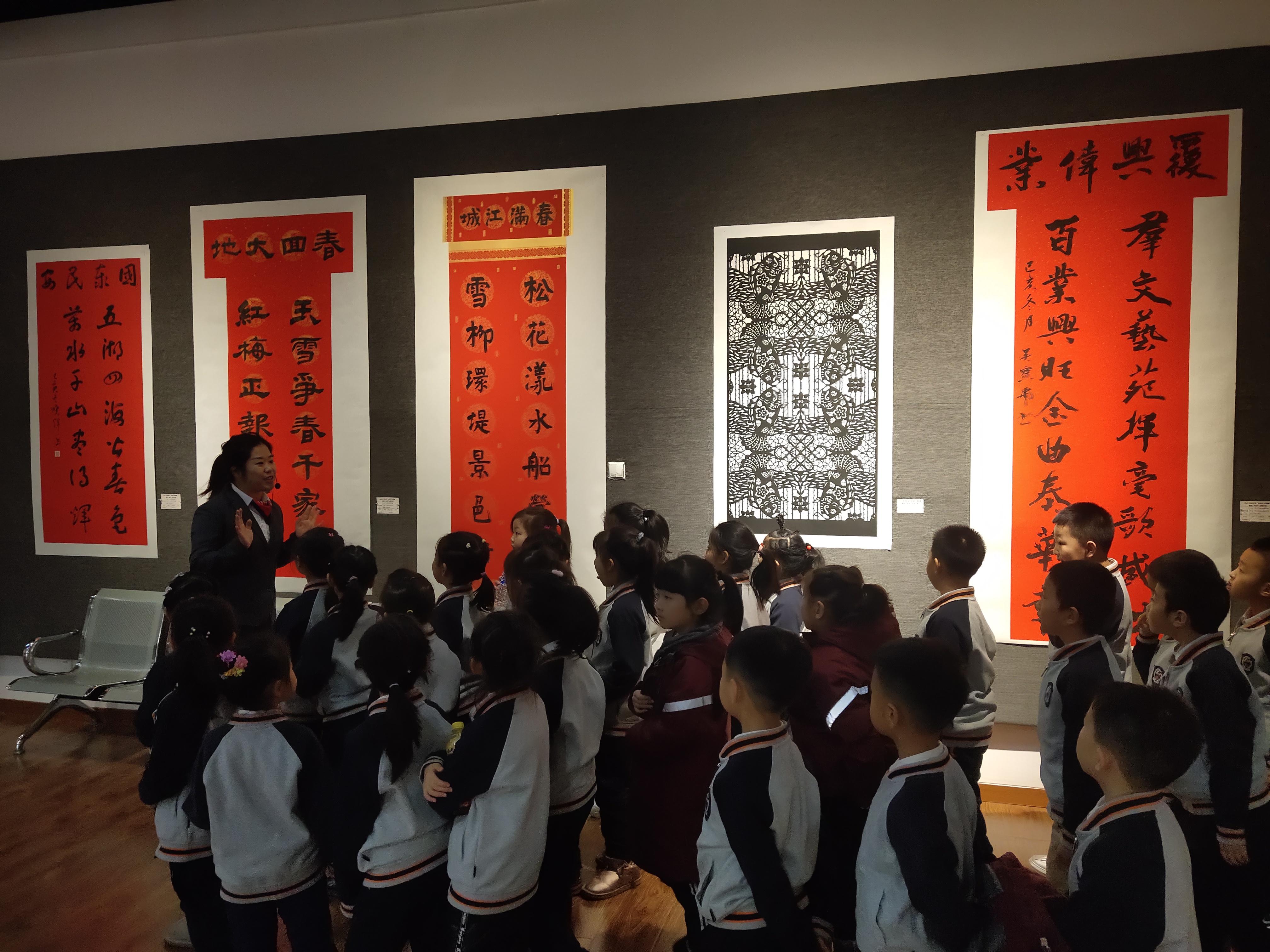 В управлении культуры провинции Цзилинь прошли соревнования по парным новогодним надписям и традиционным вырезкам из бумаги под названием «Встречаем Новый год, поздравляем с новой весной»